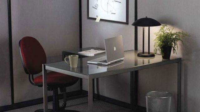 Стол под ноутбук в офисе