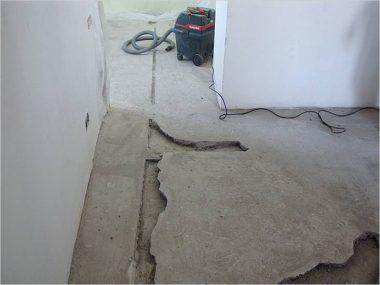 Стоит ли делать демонтаж старой стяжки при ремонте пола?
